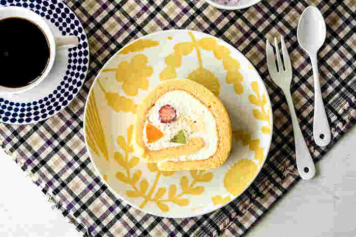 鹿児島 陸さんのイラストが素敵なお皿です。独特のイラストが明るい色合いでスタンプされ、ケーキに負けない華やかな世界を作っています。イエローの他にちょっと落ち着いたグレーもあります。