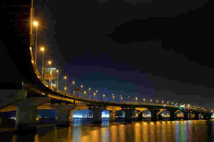 セントレア大橋は、セントレアと空港対岸部の前島を結ぶ全長1414メートルの橋です。夜になるとセントレア大橋には灯りが灯されます。光を浴びて闇夜に浮かび上がる橋、橋を映し出す伊勢湾の水面、漆黒の空色が織りなし、夜のセントレア大橋ではフォトジェニックな風景が現れます。