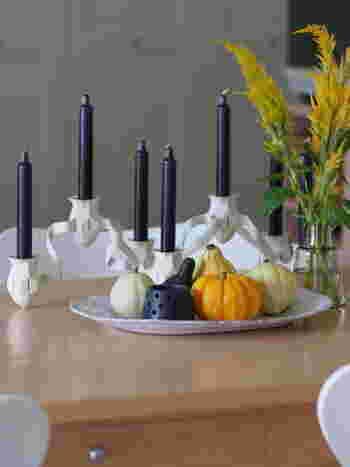いろいろなカタチのカボチャを大きな白いお皿にのせて。モノトーンのキャンドルと一緒に飾れば大人な雰囲気が漂います。