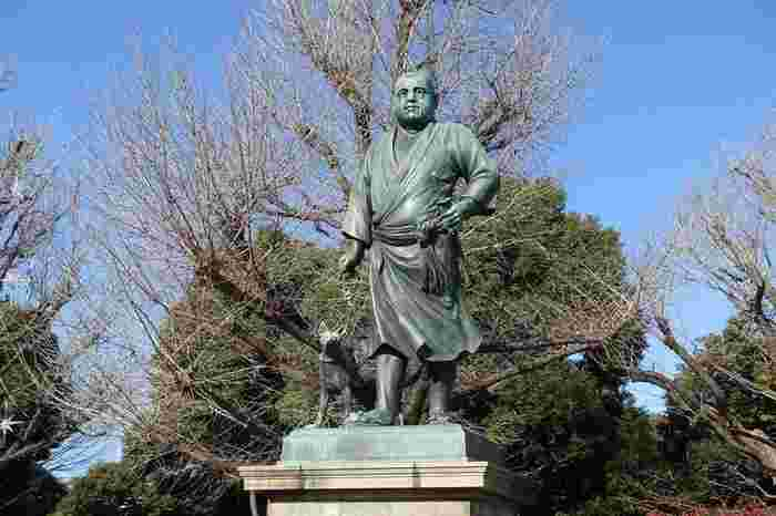 西郷隆盛の像も上野公園内にあるんですよ。この地とゆかりがあったことから、上野公園に建てられたと言われています。西郷隆盛が連れているのは、愛犬の「ツン」。