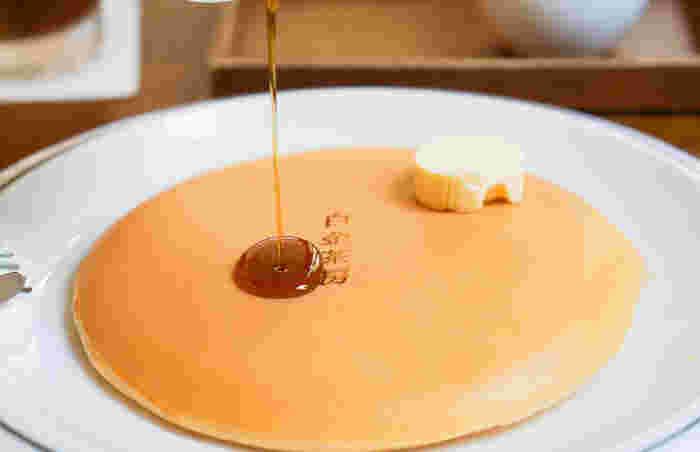 焼きムラのないつるんと滑らかなパンケーキは感動もの。表面には「白金茶房」という焼印が押してあります。最近人気のふわふわのパンケーキとは違い、クラシックなホットケーキといった感じ。こだわりの生地は何もつけずにそのままでも美味しいですよ◎