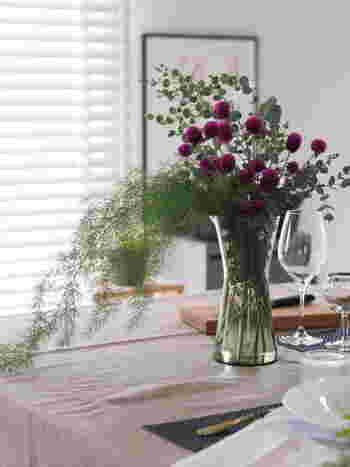 パープルをお部屋に取り入れると一気に秋らしくなりますが、大きな面積で取り入れてしまうと重圧感を感じてしまう可能性も。そんな時は、お花でさり気なく取り入れるテクニックがおすすめです。