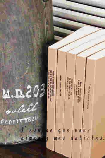 背部分にに転写シールで文字をプリント。ペーパーバック風になって、まるで外国の書棚みたい。