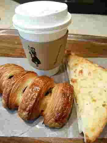 天王洲、恵比寿、そして表参道にお店を構えるパン屋さん『breadworks』のテイクアウト用カップは、スリーブに注目!大きなフランスパンを持った女の子が、こちらに向かって走って来ています♪
