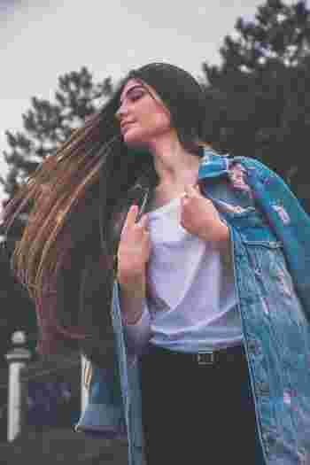 """髪は女の命――そして""""いかに美しく保てるか""""がポイント。丁寧にケアしてきた人はもちろん、サボり気味だった人も今日からケアを見直して、しっとりとツヤのある美しいストレートヘアを目指していきましょう。"""