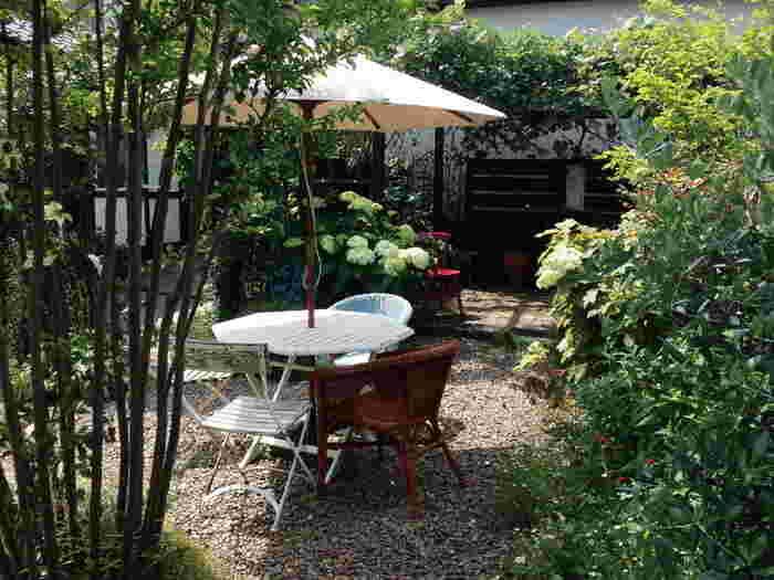 """""""庭と珈琲""""がコンセプトというだけあって、四季折々の草花がお庭を彩っています。テラスでお茶やスイーツをいただくのも気持良さそう。"""