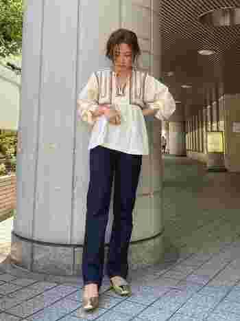 ワンウォッシュのストレートデニムは、履くだけでシックなカジュアル感が漂います。同じデニムでもきれいめな着こなしにしたい人はワンウォッシュデニムを選んでみて。