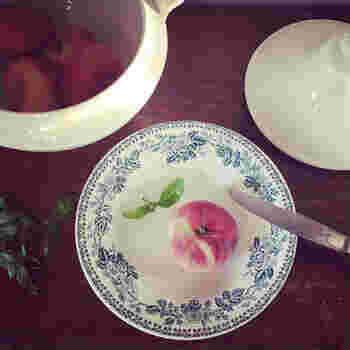 【ディゴワンサルグミンヌ グアドループ スーププレート】  フチに沿って野ばら柄が描かれた、可愛らしいお皿。大量生産に適した転写画の手法が用いられています。深みがあるので、スープはもちろん、サラダや煮込み料理にもよさそうです。