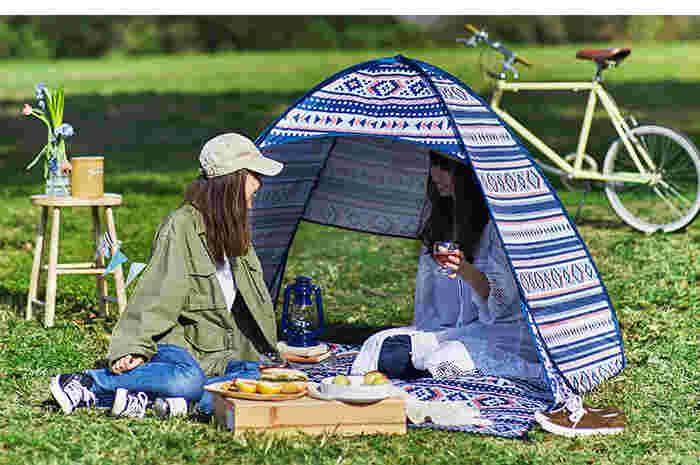 お庭のスペースに余裕があれば、実際にテントを張ってみるとそれだけでアウトドア感がぐっとアップします。 キャンプ用テントをお持ちなら、風通しも兼ねて定期的に広げてあげましょう。何より、小さな囲いの中にもぐり込む感覚は大人になってもやっぱり心が躍ります。