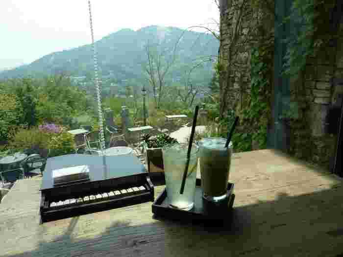 窓際の席は眺めが抜群!目の前には雄大な山々が広がり、高原リゾート地にやって来たかのような贅沢な気分に。ソウル市内にこんな場所があるなんて驚きですよね。