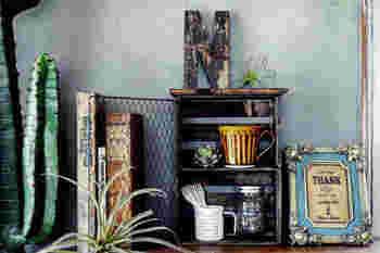 金網を扉として取り付けたシェルフ。小物の収納として使ったり、お気に入りの植物や雑貨を入れてディスプレイラックとして活用してもおしゃれですね。