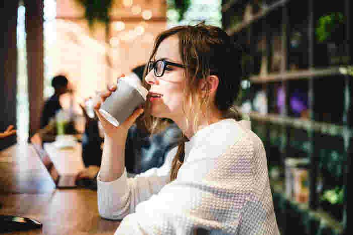 暑い夏はどうしても冷たいものが飲みたくなりますよね、だけど思い切って温かいものを注文してみましょう。カフェなどの室内はクーラーが効いている事が多いので、ゆっくりとカフェタイムを過ごしている間に体がほどよく温まるはず。温かいものはちょっと…と言う人は「氷ナシ」の常温で注文してみるのもオススメです!店内でもテイクアウトでも、ほとんどのお店が対応してくれるはず♪
