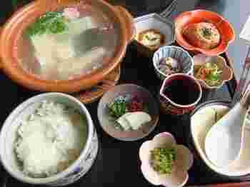 こちらは、湯豆腐膳。 煮ても固くならずとろけるような食感が自慢です。