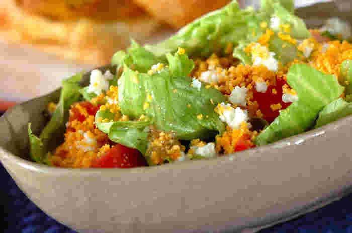 シンプルなレタスとトマトのサラダも、卵を細かくしてミモザ風にすることで華やかに。美しい色合いがシチューメインの献立を引き立て、またフレッシュな野菜の栄養も補えます。