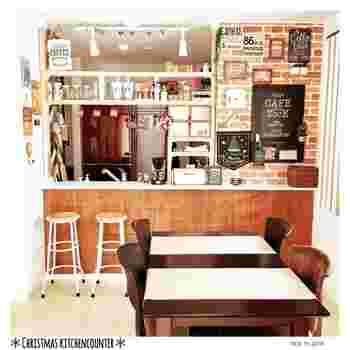 オシャレなカフェのようなキッチンはタイル壁がポイント。アクセントクロスがあると、飾るものもより素敵に見えます。