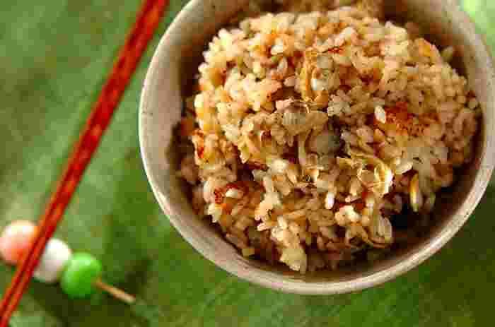 生のアサリは砂抜きに時間がかかったりと手間がかかるので、なかなか使いずらい食材ですよね。缶詰のアサリがお家にあると、なにかと重宝しますよ。たっぷり生姜を加えることで、風味豊かな美味しい炊き込みご飯に仕上がります。