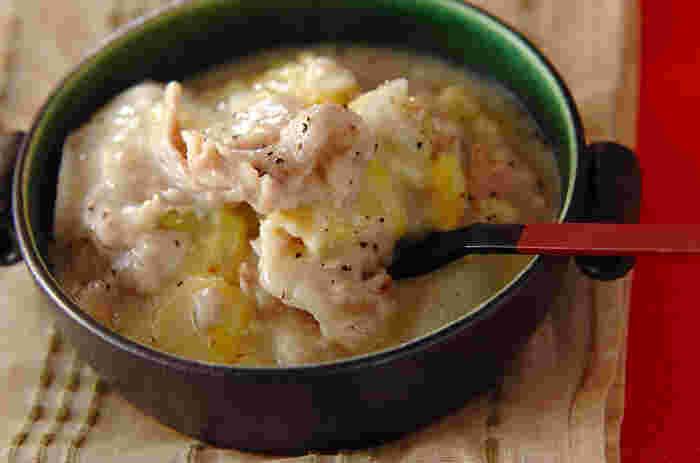 白菜に餅とチーズをはさんで煮込むクリーミーなレシピ。豚肉と白菜の味わいを活かすために、味付けは黒コショウと塩でシンプルに。お餅が入っているので食べ応えもあり、チーズが絡まって文句なしの美味しさ。