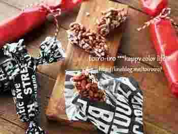ちょっとしたプレゼントやお菓子のお裾分けには、ワックスペーパーで簡単にラッピング?両端をくるくるねじるだけなのでとっても簡単ですね。
