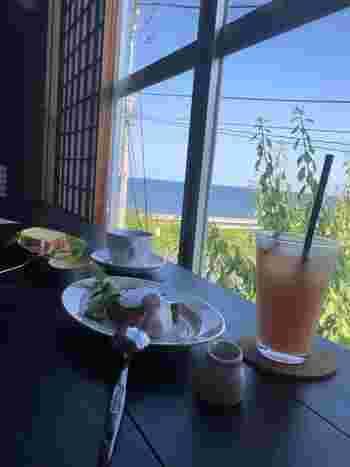 cafe MIHARUは実は海のすぐ側。窓から海を眺めることができる最高の席があるんです。美味しいお茶菓子と、美しい海を堪能してはいかがでしょうか。ちなみにcafe MIHARUはカフェのみです。ランチは三春でしかすることができませんので注意してくださいね。