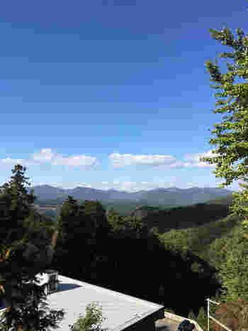 ほんたき山のカフェの素晴らしいところは、お食事だけではありません。ここからは、北摂山系の美しい山容を大パノラマで一望することができます。お寺でお食事や喫茶を楽しみながら、風光明媚な景色に癒され、ゆったりとした時間を過ごされてみてはいかがでしょうか。