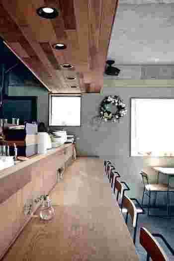 建物の1階・2階がお店。1階は開放的なカウンター席、2階はゆったり座れるテーブル席です。窓が大きいため、コンクリートの打ちっぱなしですが温かみを感じる明るい作りになっています。