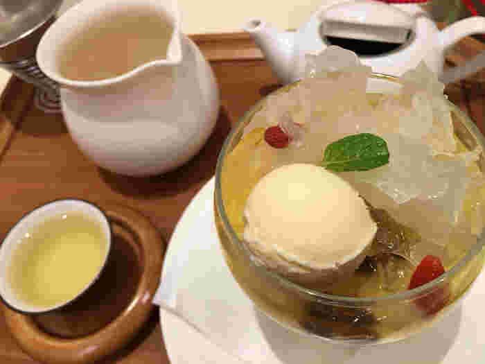 中国茶のひとつである「龍井茶(ロンジンチャ)」で煮込んだカレーなど健康と美容を意識したフードメニューも。  デザートも、白きくらげやクコの実がトッピングされた「マンゴージュレと杏仁のパフェ」や「豆花」、「モーモーチャーチャー(アジアンお汁粉)」などアジアンデザートがそろっています。お茶と一緒に味わってみたいですね。 (写真は「アジアンパフェ」)