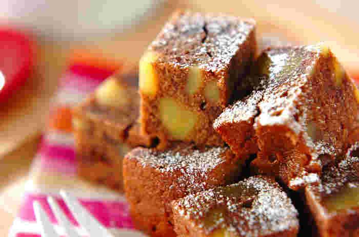 材料を全部、ホームベーカリーに入れてケーキコースで焼き上げるだけという簡単レシピ。仕上げにサイコロ状にカットして粉糖をかけると特別感のあるスイーツに。
