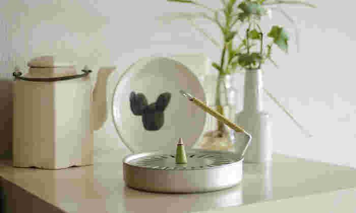 「円錐型(コーンタイプ)」のお香は、円錐に積まれたお香の頂点の部分に火をつけて使います。火が下に進むほど、燃える面積が広くなるので強い香りに。下まで燃えるので、こちらの香遣(かやり)やお皿などの上に乗せて使うようにしましょう。