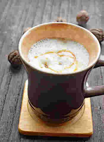 牛乳とくるみ、メープルシロップをミキサーで混ぜ、温めるだけの簡単ラテ。朝からおうちでカフェ気分が楽しめる、ホットな一杯をどうぞ。