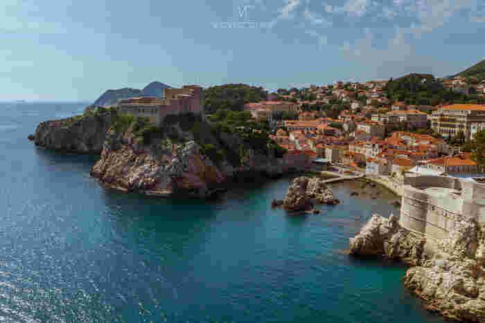 ドゥブロブニク最大の見どころは、世界遺産に登録されている旧市街です。美しい海岸線が続くアドリア海沿岸都市の中でも、ドゥブロブニク旧市街は傑出した美しさを誇り、クロアチア国内外から大勢の観光客がこの地を訪れています。