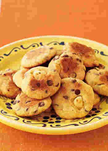 ホットケーキミックスはケーキだけでなくクッキーにも活用できますよ。こちらのクッキーはフライパンで焼くのでオーブンがなくても大丈夫!ころんと見えるマカダミアナッツがかわいらしいですね。