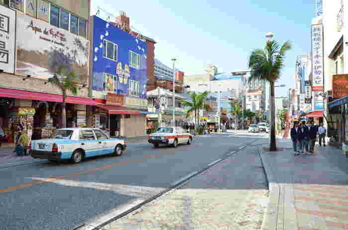 """沖縄での観光といえば定番ですが、「国際通り」です。飲食店もお土産品店さんも、観光客向けにズラリと並んでいますよ。お土産に頼まれていた品には、ほぼ出合えます。国際通りの牧志には平和通りもあり、その道の先は""""壷屋やちむん通り""""につながり、「やちむん」などを置いているたくさんのショップに出合えます。バスやタクシー、車が多く混雑しやすい通りです。"""