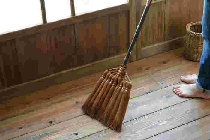 選りすぐりの棕櫚皮を使用し、和歌山県の職人さんがひとつひとつ手巻きで丁寧に作る国産の棕櫚の箒は、使い続けると畳や床に自然な艶が出てくるので、昔から座敷箒として使われてきました。こちらの皮巻き9玉箒は、幅広にできており、実用的な定番の箒に仕上がっています。