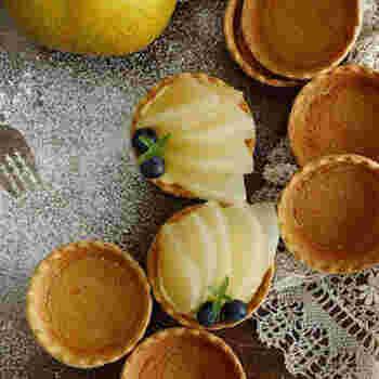 優しい甘さの和梨と手作りカスタードが好相性。市販のタルトを使うことでスイーツ作りのハードルがぐっと下がります。