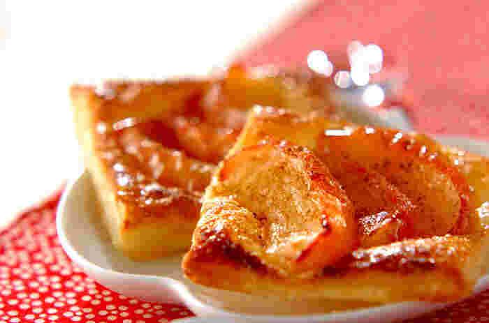 りんごと砂糖、レモン汁を煮てつくったリンゴ煮を、市販の冷凍パイ生地に乗せて色よく焼き上げたお手軽パイ。焼きたてのパイに、バニラアイスクリームを添えてホームパーティーの締めくくりにいかが?