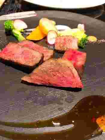 黒毛和牛シャトーブリアンのステーキも絶品です。和モダンな個室もあるので、接待や会食にもおすすめ。各お料理はボリュームが控えめなので、年配の方にも満足していただけるのではないでしょうか?