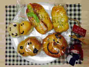 食べるのがもったいないくらいにかわいいスヌーピー、チャーリー・ブラウン、ウッドストックの顔をかたどったパンたち。ちょっといびつな感じがたまらなくかわいい。