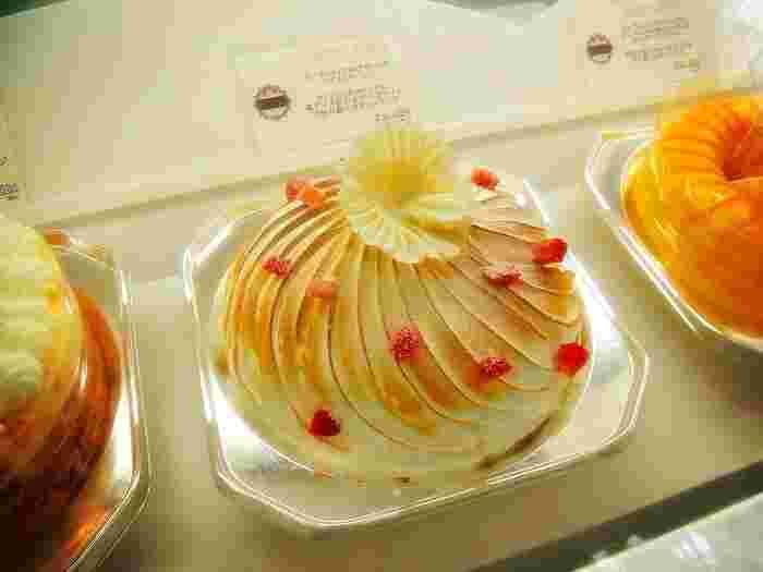 他にも、メレンゲを使ったアントルメグラスなど、目にも美しいスイーツがたくさん。公式オンラインショップでは、デザートアイスケーキやアントルメグラスの他、「365日バースデー・フォーチュンアイスケーキ」としてキャンドルやプレート付きのアイスケーキも注文できます。大切な夏のひとときにいかがでしょうか?