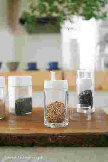 本体がガラス製のこちらの調味料入れはダイソーのもの。口径も広めなので、調味料を詰め替えるのも簡単です。