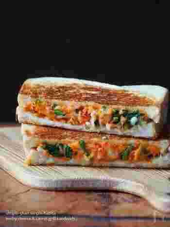にんじんとほうれん草の彩りがキレイなサンドイッチ。ホットサンドにして、とろけさせたチーズが美味しさを後押し◎