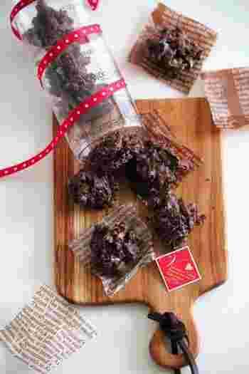 美味しくてお手軽なクッキーを透明な丸筒に入れて。筒にリボンも巻いて、チョコの色とのコントラストが美しく、より華やかになります。