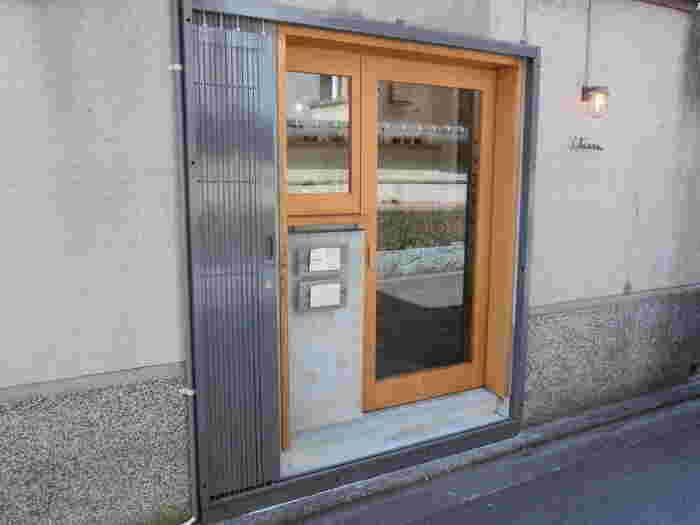 菓子店千茜は、京都 東山の裾野、岡崎公園にある小さな菓子店。 南禅寺や平安神宮、哲学の道のほど近くに位置し、観光の合間に立ち寄れるお店です。