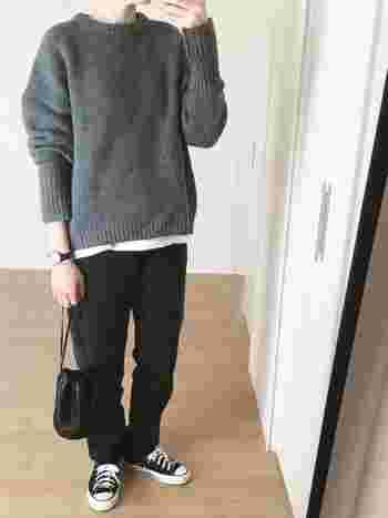 グレー×黒はクールでかっこいいのに肩の力が抜けたこなれ感のある配色。いつものモノトーンに飽きた人にもおすすめです。