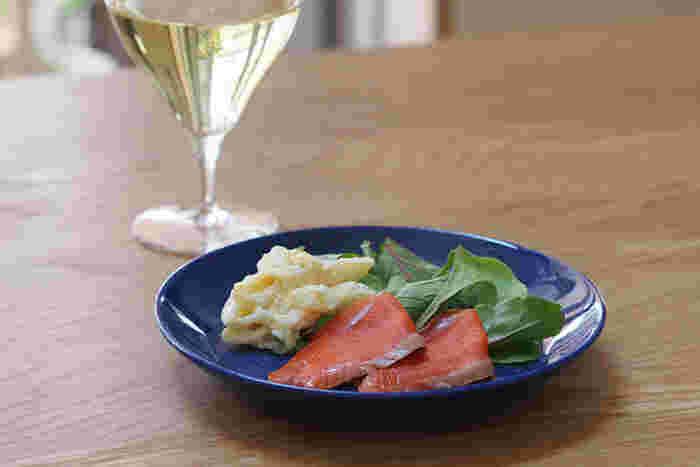 朝食のパンやフルーツは、17cmのプレートがピッタリ。ティータイムのケーキやワインのおつまみをのせたり、バイキング形式のホームパーティで色んな料理を取り分けるのにもちょうどいいサイズです。