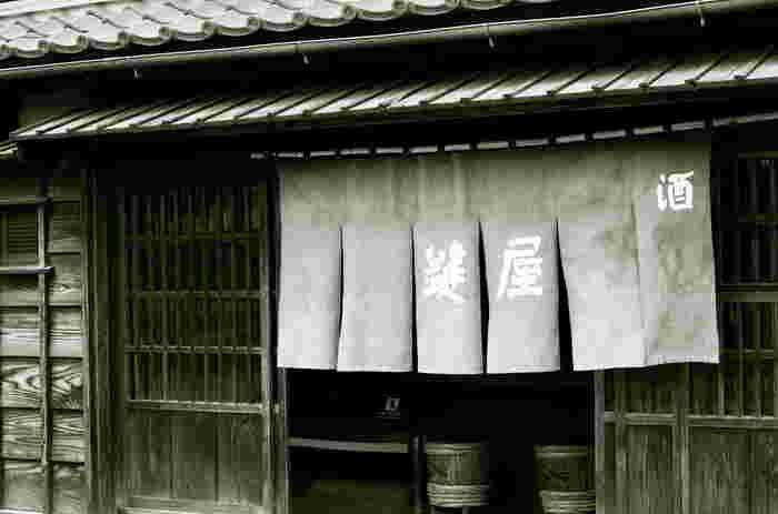 都立小金井公園内にある「江戸東京たてもの園」は、歴史的・文化的価値のある建造物を移築している博物館。7ヘクタールもある広大な敷地には、江戸時代から昭和中期までの建物が展示されています。こちらの建物は、冒頭で主人公・千尋のお父さんとお母さんが豚になってしまうシーンのモデルになったと言われています。のれんの向こうに、お父さんとお母さんが見えそうな気がしませんか?