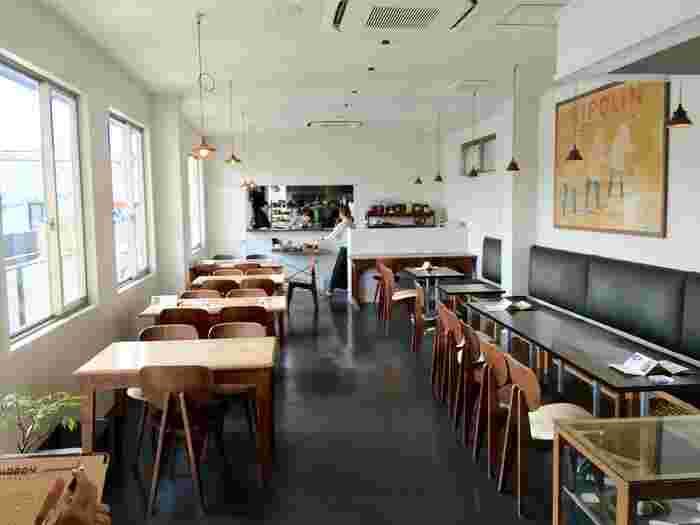 店内はシンプルで落ち着いた雰囲気。ほっと一息付ける、鎌倉の憩いの場所でもあるんです。