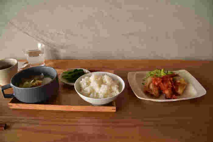 おすすめは「minamoの定食」。オーナーの福本葉子さんが作るお料理は、3日ごとにメニューを入れ替えているそう。ごはんと汁もの、おかずや小鉢の定食は、やさしい味わいで、体に良さそうな食材がたっぷり使われています。