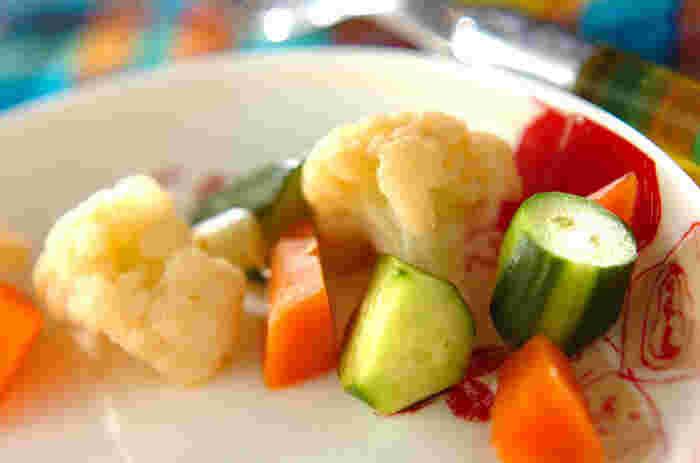 カリフラワー、キュウリ、ニンジン、色とりどりのお野菜を漬け込んで作る簡単ピクルス。カレーにちょこっと添えるだけで、可愛らしいアクセントをプラスしてくれそうです。