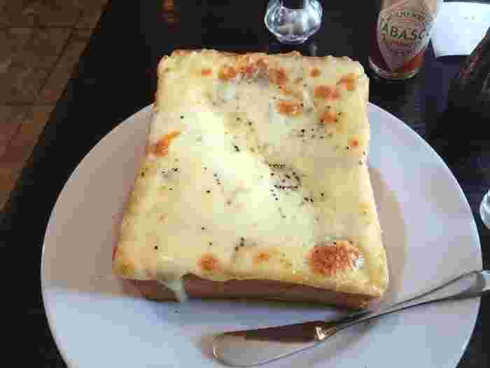 ここで評判なのはこちらの「チーズトースト」 その他、バターがよく染み込んだトーストも美味。 モーニングセットは、トーストにジャム、ポテトサラダ。女性に丁度良い朝ご飯です。