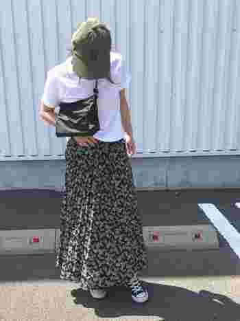 サコッシュを短めにたすき掛けすれば、こなれ感がプラス♪ロングスカートとの相性もバッチリです。